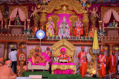Shree Hariprasadji Maharaj addresses all