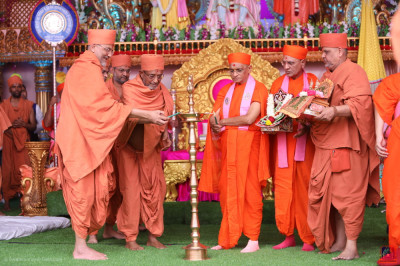 Acharya Swamishree Maharaj and Swamishree Hariprasadji Maharaj light a flame of peacernofficially mark the beginning of this auspicious Mahotsav.