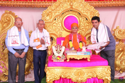 His Divine Holiness Acharya Swamishree Maharaj blesses disciples who have sponsored the scripture recitals of Jeevanpran Shree Abji Bapashree ni vato part 1