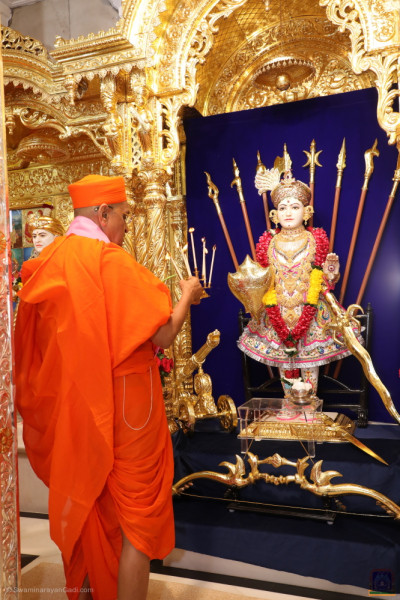 His Divine Holiness Acharya Swamishree Maharaj performs shangar aarti