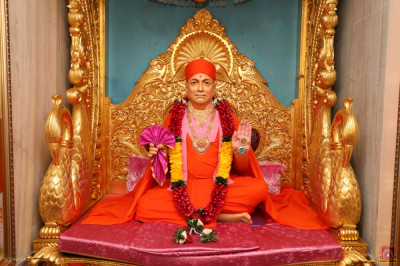 Divine darshan of Jeevanpran Shree Muktajeevan Swamibapa seated upon Shree Swaminarayan Gadi