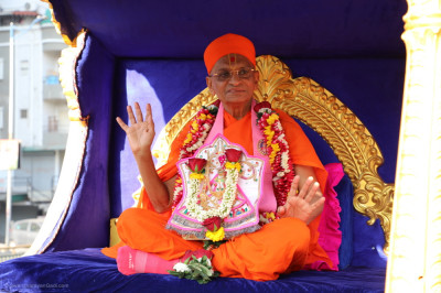 Acharya Swamishree Maharaj blesses all seated upon the golden chariot