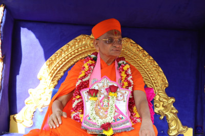 Divine darshan of Acharya Swamishree Maharaj with Shree Harikrishna Maharaj seated on the golden chariot