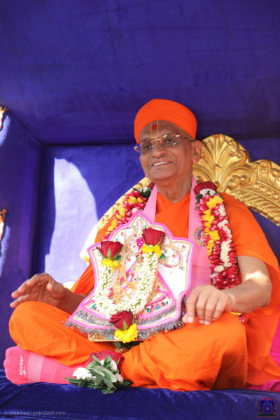 Divine darshan of His Divine Holiness Acharya Swamishree Maharaj and Shree Harikrishna Maharaj