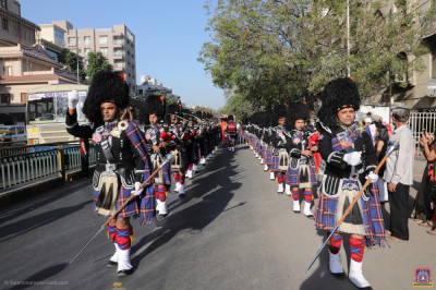 Shree Muktajeevan Swamibapa Pipe Band Maninagar perform in two flanks during the procession into the grand assembly