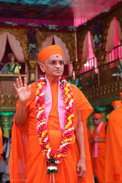 Divine darshan of Acharya Swamishree blessing all on the grand stage
