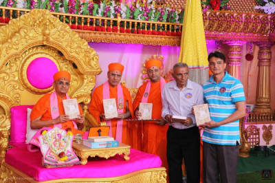 His Divine Holiness Acharya Swamishree Maharaj blesses sants and disciples who have helped and sponsored the republication of 'Shree Swaminarayan Kirtanavali'