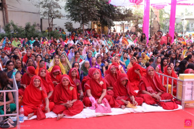 Sankhya Yogi ladies and thousands of disciples from around the world gather to enjoy the five day grand festival