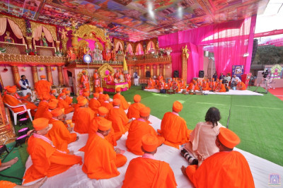 His Divine Holiness Acharya Swamishree Maharaj showers His divine blessings on all: Lord Shree Swaminarayan – Shree Ghanshyam Maharaj, has considered Maninagar to be His home and forever presides here. This is due to His acquiescence of all of our love and regard for Him.