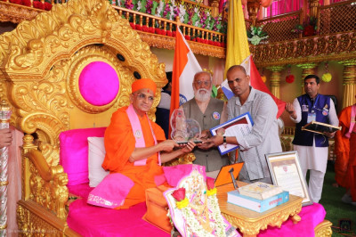 His Divine Holiness Acharya Swamishree is presented with the award from PARDSS