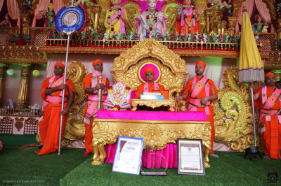 Divine darshan of Acharya Swamishree Maharaj on stage