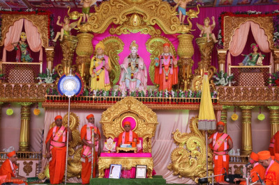 Acharya Swamishree Maharaj showers His divine blessings on all: 'The merciful Lord has turned us from Jeev into Shiv - elevated us to the Anadi Mukta status from being mere souls, and inspired us to live divine lives. We can never be grateful enough to Him for this'