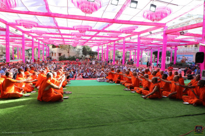 Sants and thousands of disciples perform maha pooja