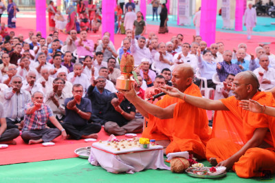 Sants and thousands of disciples take part in the Maha Pooja