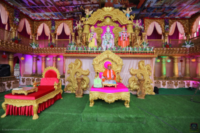 Divine darshan of Acharya Swamishree Maharaj seated on the grand stage