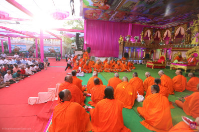 Sants and disciples take part in the Maha Pooja of all of the scripture recitals of the five day grand festival