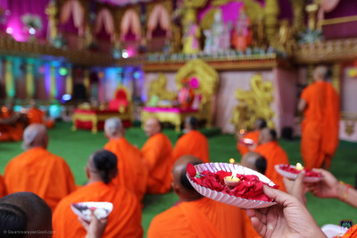 Sants and thousands of disciples offer aarti at the conclusion of the maha poojan ceremony
