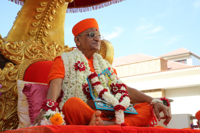 Divine darshan of His Divine Holiness Acharya Swamishree Maharaj seated on the golden chariot