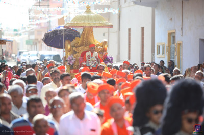 Sants and hundreds of disciples take part in the morning procession