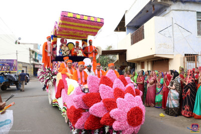 Divine darshan of Acharya Swamishree Maharaj seated with Lord Shree Swaminarayan on the wonderful float