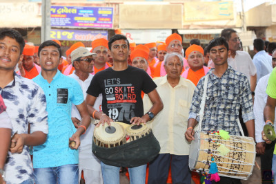 Disciples perform tabla and dhol throughout the grand procession