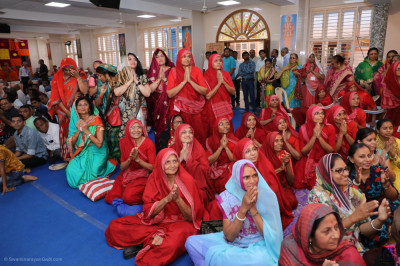 Sankhya Yogi ladies and disciples fill the grand assembly