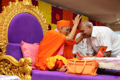 His Divine Holiness Acharya Swamishree Maharaj blesses the honoured guests