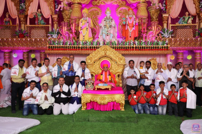 His Divine Holiness Acharya Swamishree Maharaj blesses disciples who have sponsored the scripture recitals of 'Jeevanpran Shree Abji Bapashree ni Vato part 1'