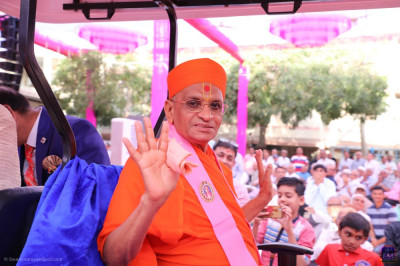 His Divine Holiness Acharya Swamishree Maharaj blesses all as he leaves the afternoon assembly