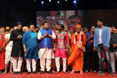 All performers that took part in the evening performances gather on stage with the judges, anchors and His Divine Holiness Acharya Swamishree Maharaj