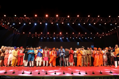His Divine Holiness Acharya Swamishree Maharaj, judges, anchors, and all performers who took part in the evening performances gather on stage