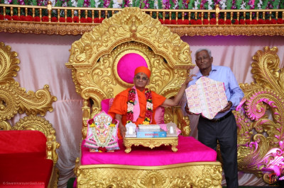 His Divine Holiness Acharya Swamishree Maharaj blesses disciples who have sponsored the scripture recital of 'Shree Swaminarayan Gadi Granth'
