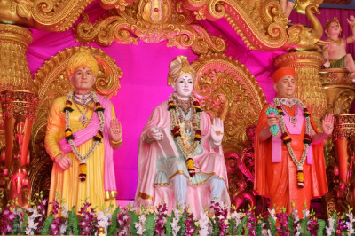 Divine darshan of Lord Shree Swaminarayan, Jeevanpran Shree Abji Bapashree and Jeevanpran Shree Muktajeevan Swamibapa showering divine bliss on all stood on stage