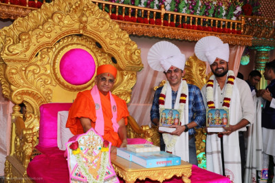 His Divine Holiness Acharya Swamishree Maharaj blesses