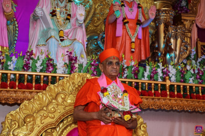 Divine darshan of His Divine Holiness Acharya Swamishree Maharaj during aarti