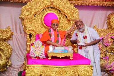 His Divine Holiness Acharya Swamishree Maharaj blesses the Maharaj