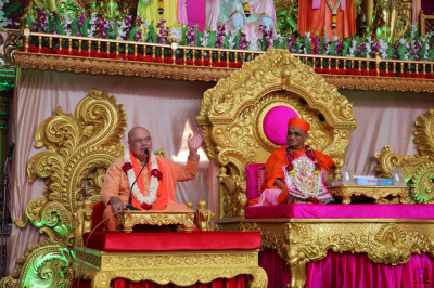 Divine darshan of His Divine Holiness Acharya Swamishree as Swami Adhyatmananda Maharaj addresses all