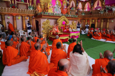Swami Adhyatmananda Maharaj concludes his address with a prayer to Lord Shree Swaminarayan