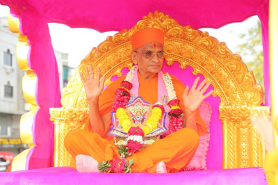 His Divine Holiness Acharya Swamishree Maharaj blesses all seated upon the golden chariot