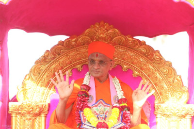 His Divine Holiness Acharya Swamishree Maharaj showers His blessings on all