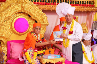 His Divine Holiness Acharya Swamishree Maharaj blesses the honoured guest