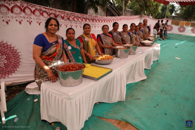 Disciples ready to serve prasad lunch