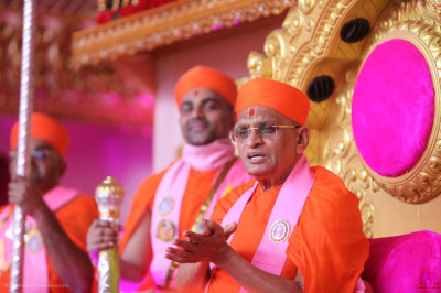 Acharya Swamishree showers His divine blessings on all: 'For three days we have been hearing our scared scriptures – Bapashree ni Vato, Shree Swaminarayan Gadi and the Rahasyarth Pradeepika Tika sah Vachamanrut. We have showered our minds with the nectar contained in those.'