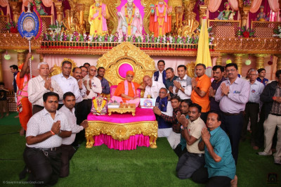 Acharya Swamishree Maharaj blesses disciples who have volunteered their services during the five day grand festival