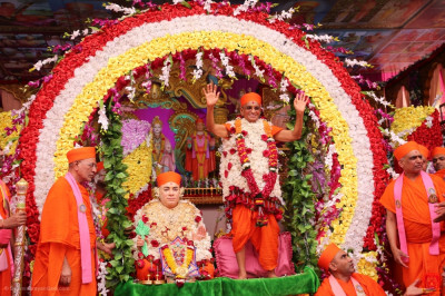 Jeevanpran Shree Muktajeevan Swamibapa and Acharya Swamishree Maharaj bless all from the delightful swing