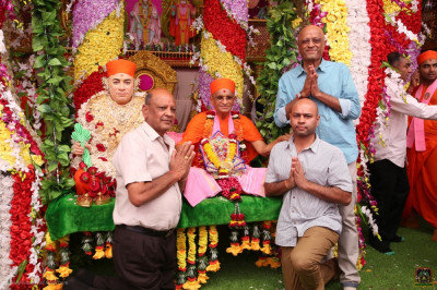 His Divine Holiness Acharya Swamishree Maharaj blesses disciples
