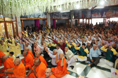 Sants and hundreds of disciples enjoy the darshan of the Lord bathing