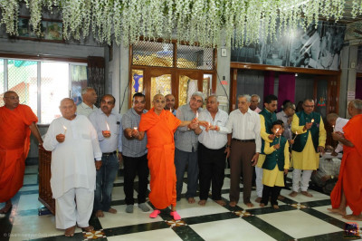 His Divine Holiness Acharya Swamishree and disciples perform aarti