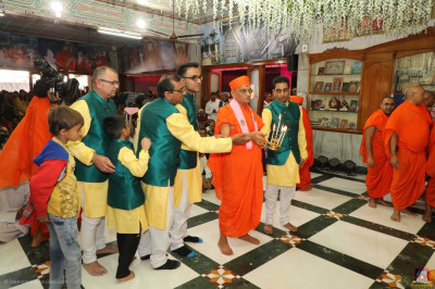 His Divine Holiness Acharya Swamishree Maharaj and disciples perform aarti