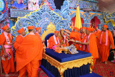 Sants present a garland to His Divine Holiness Acharya Swamishree